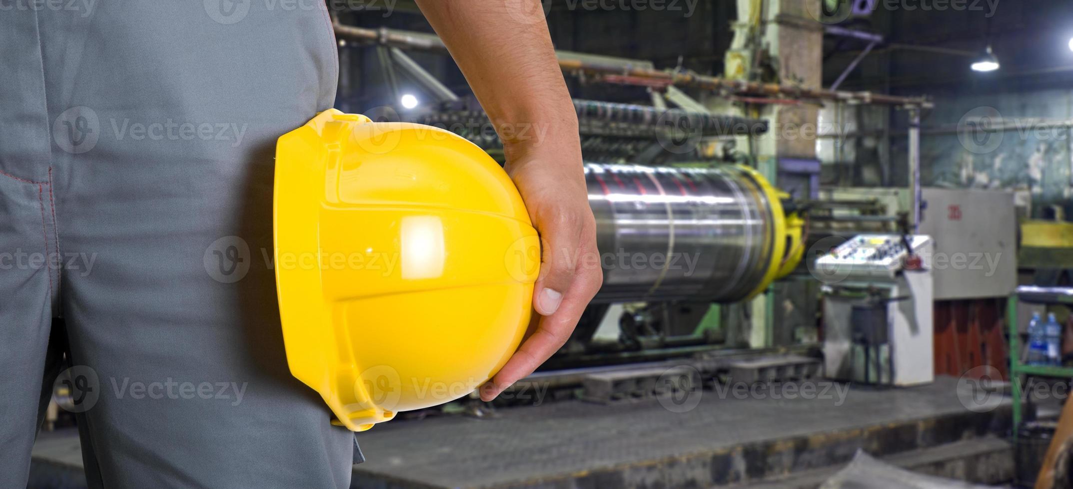 trabajador con casco de seguridad foto