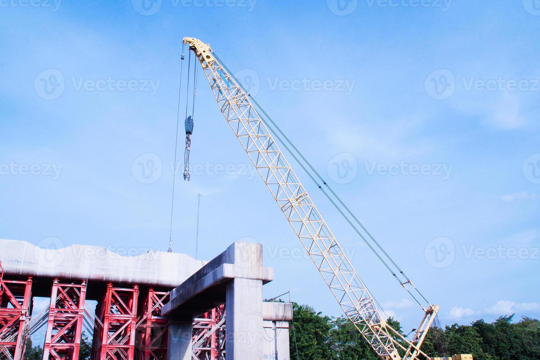 grúa torre que opera en el sitio de construcción foto