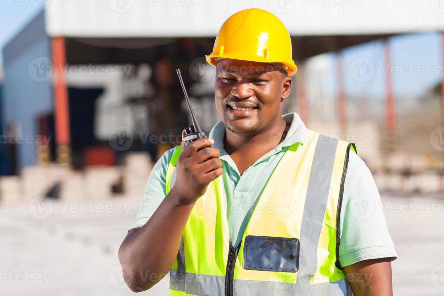 constructor hablando por radio foto