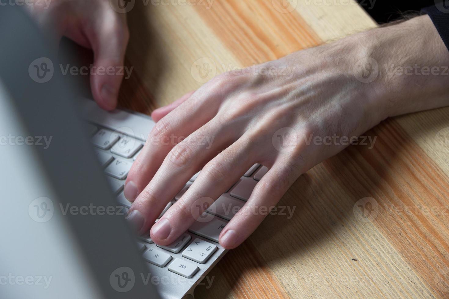 Cerca de mecanografiar las manos del hombre foto