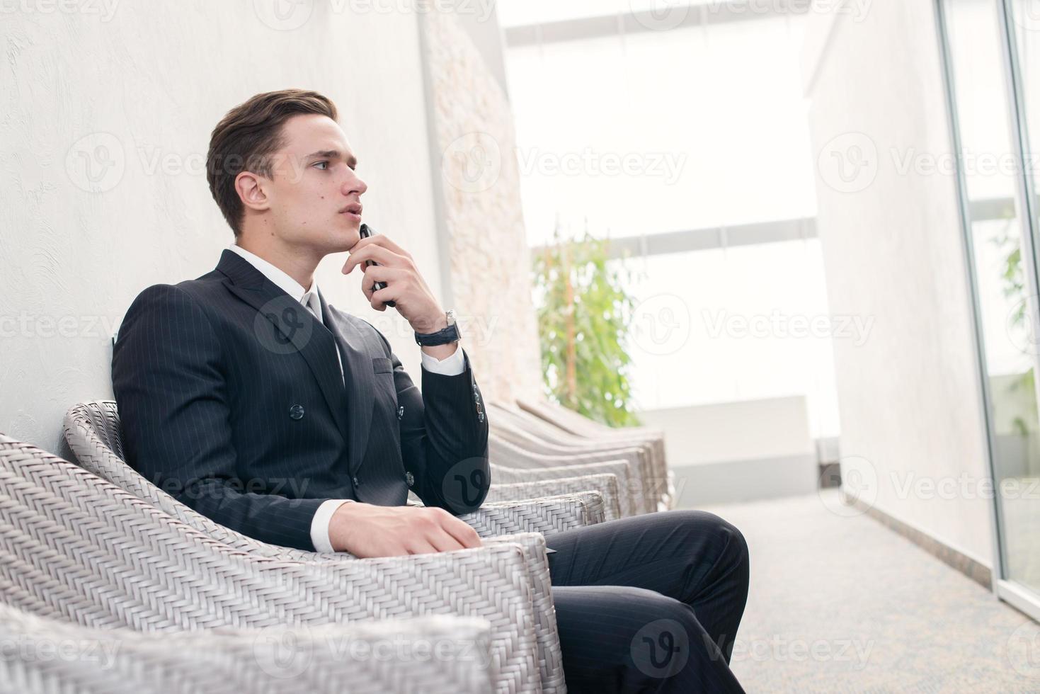 empleado pensativo empresario confiado pensando en negocios foto