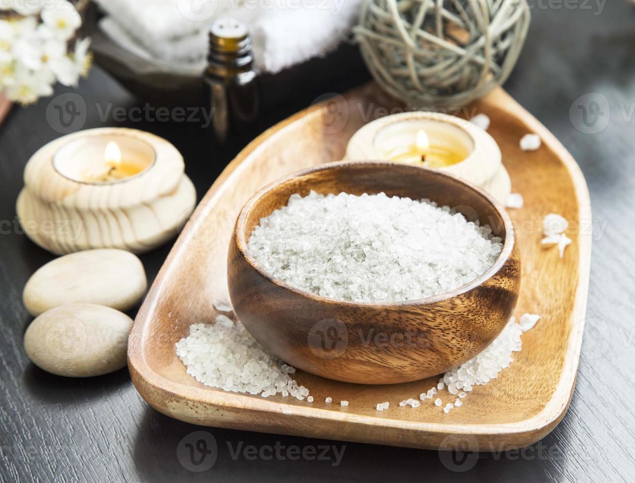 Spa sal marina con lavanda, velas de aromaterapia y ess foto