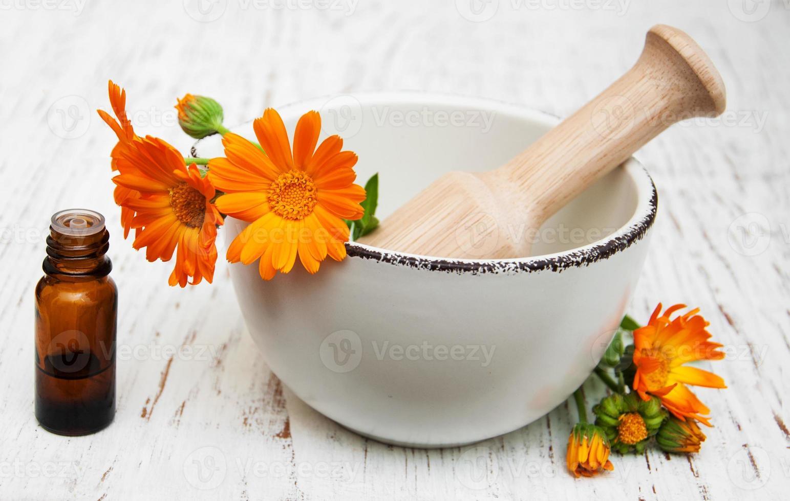 Flor de caléndula officinalis en mortero foto