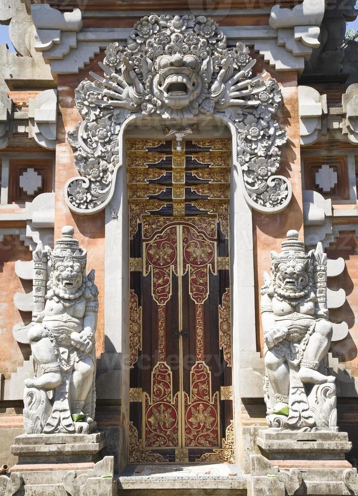 entrada del templo bali foto