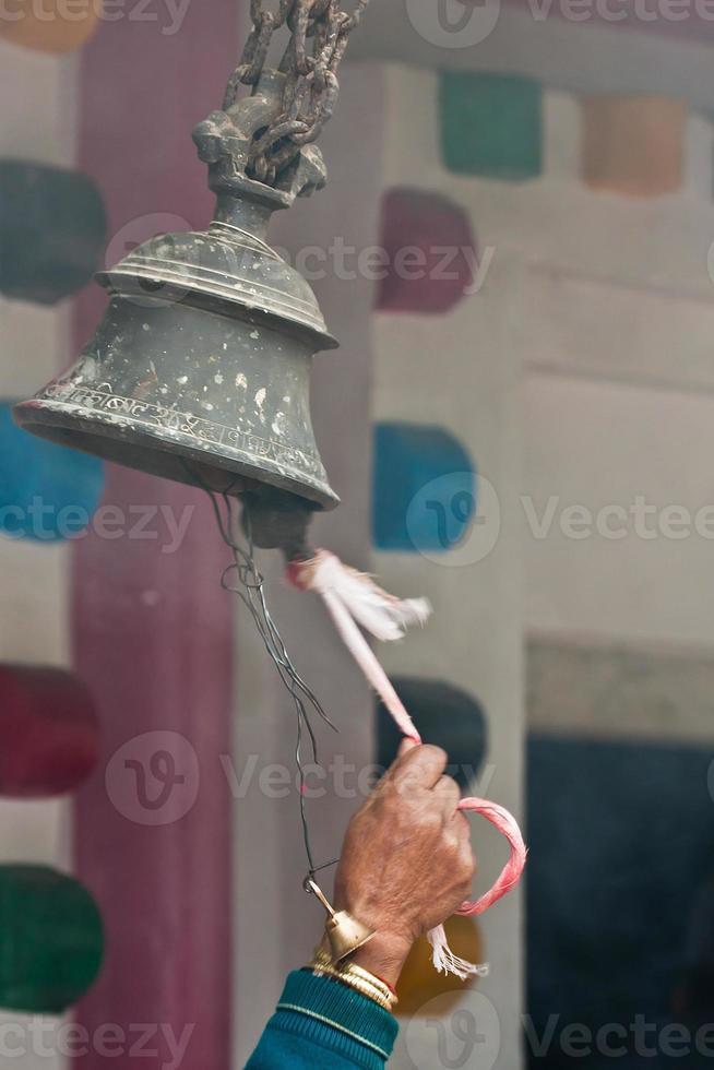 Suena la campana en el templo hindú en Nepal foto