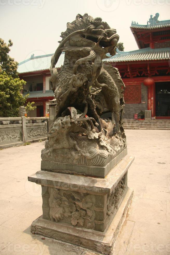 león chino y templo foto