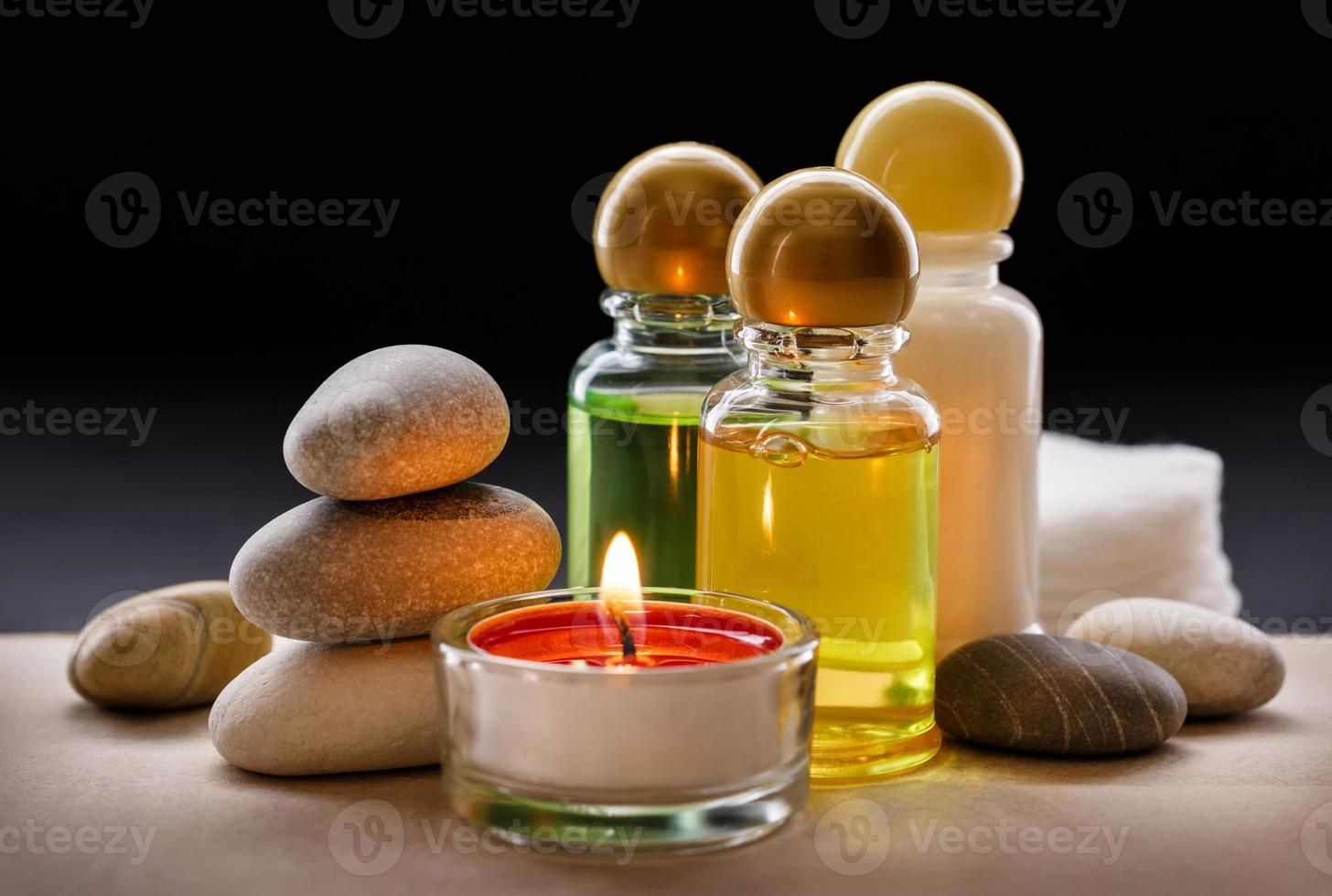 piedras de spa, velas y champú foto