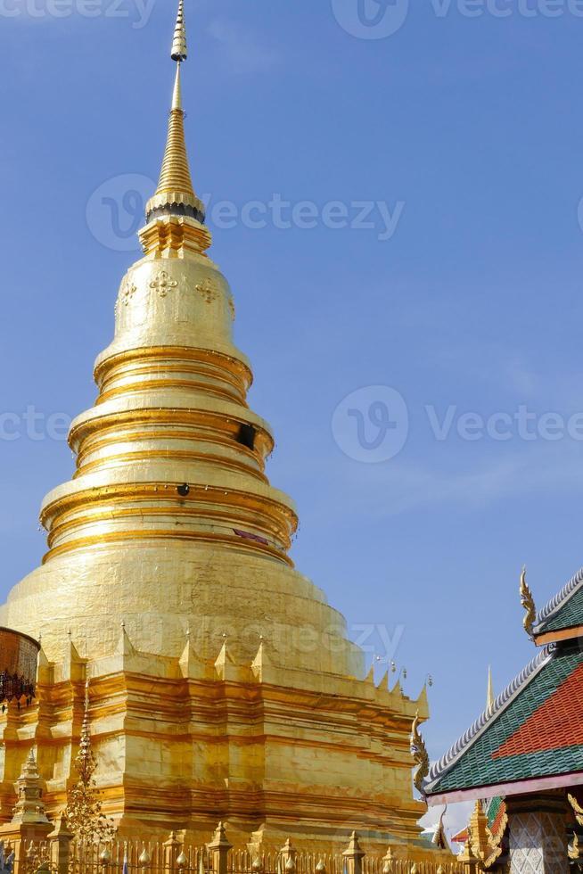 arquitectura del templo budista tradicional y pagoda dorada foto