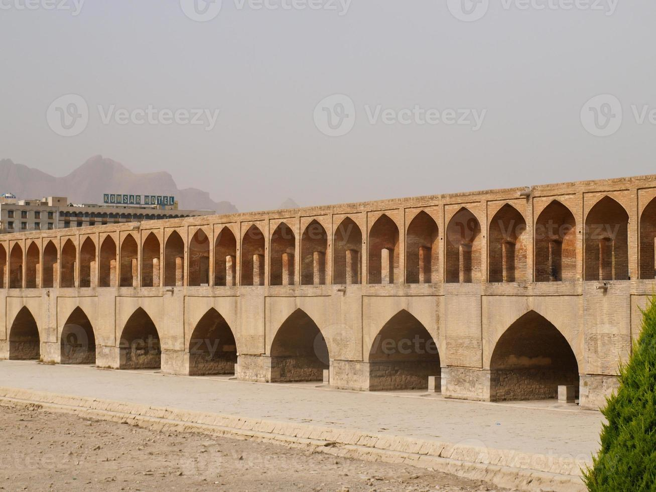 33 pol Allah Verdi Khan bridge in Isfahan, Iran photo