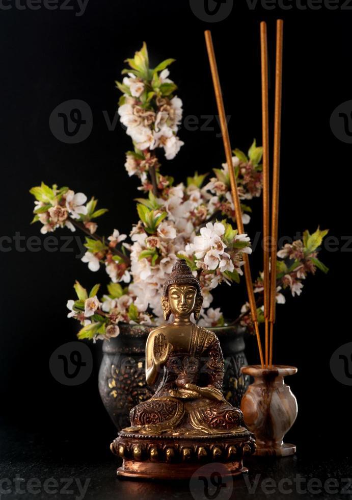 estatua de Buda y piedras zen. spa, aromaterapia y meditación foto