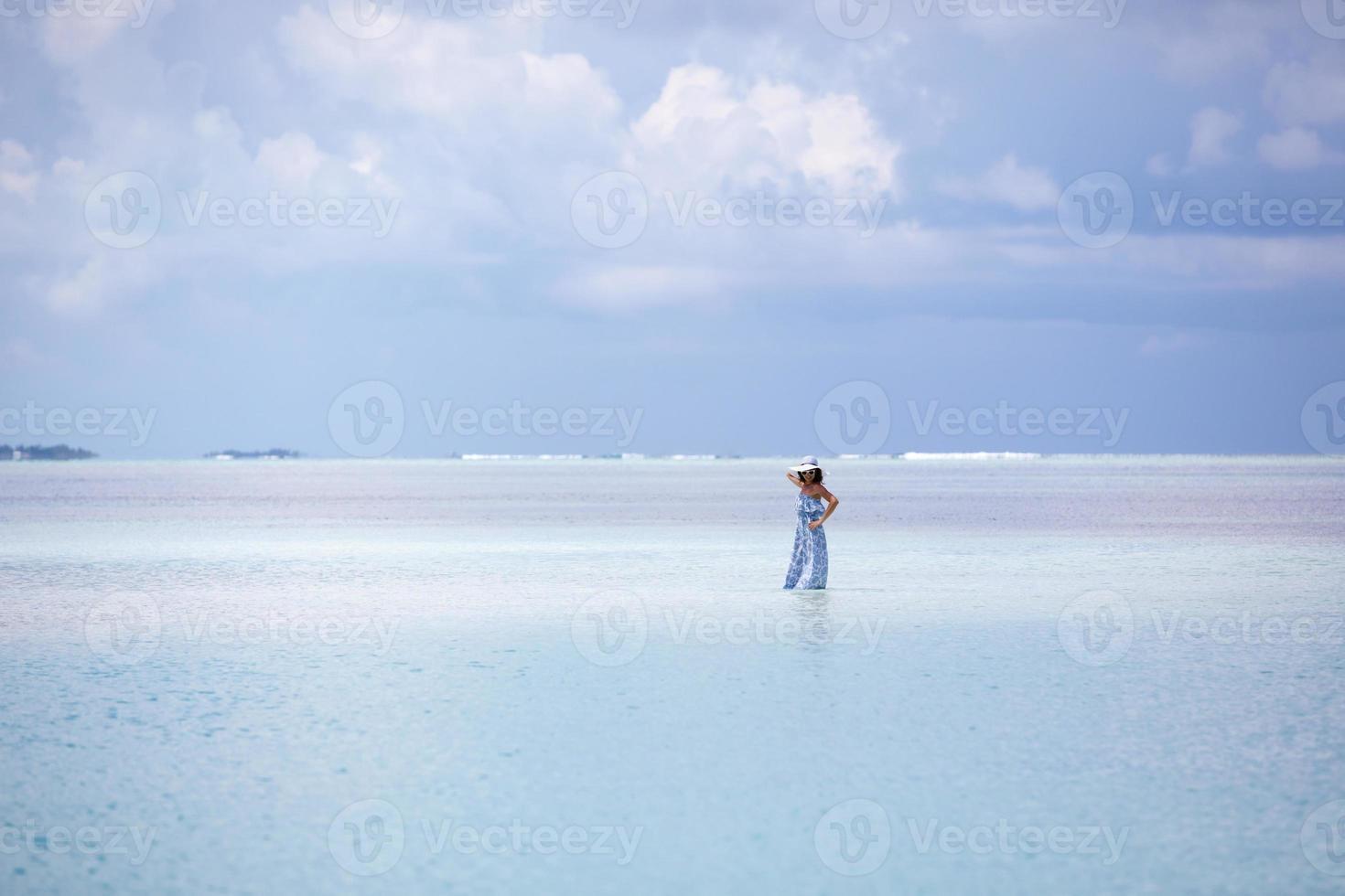 mujer caucásica descansa en costa hermosa foto