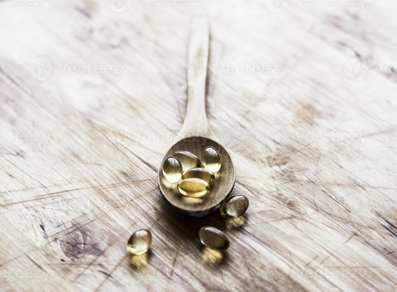 vitaminas em uma colher de pau foto