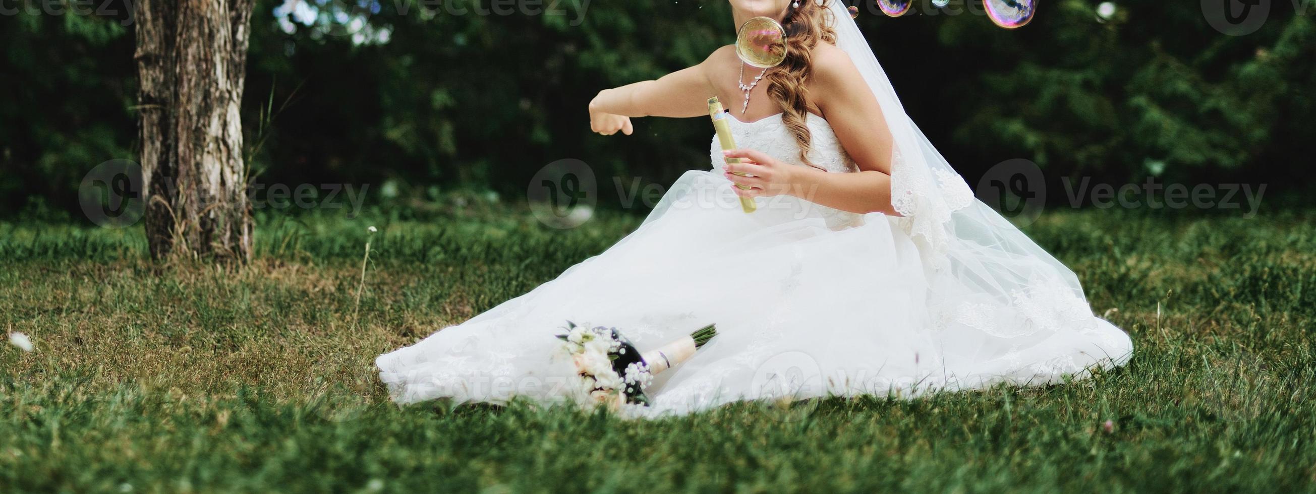 Caucásica hermosa novia el día de la boda. foto