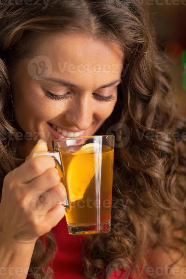 portrait, heureux, jeune, femme, boire, thé photo
