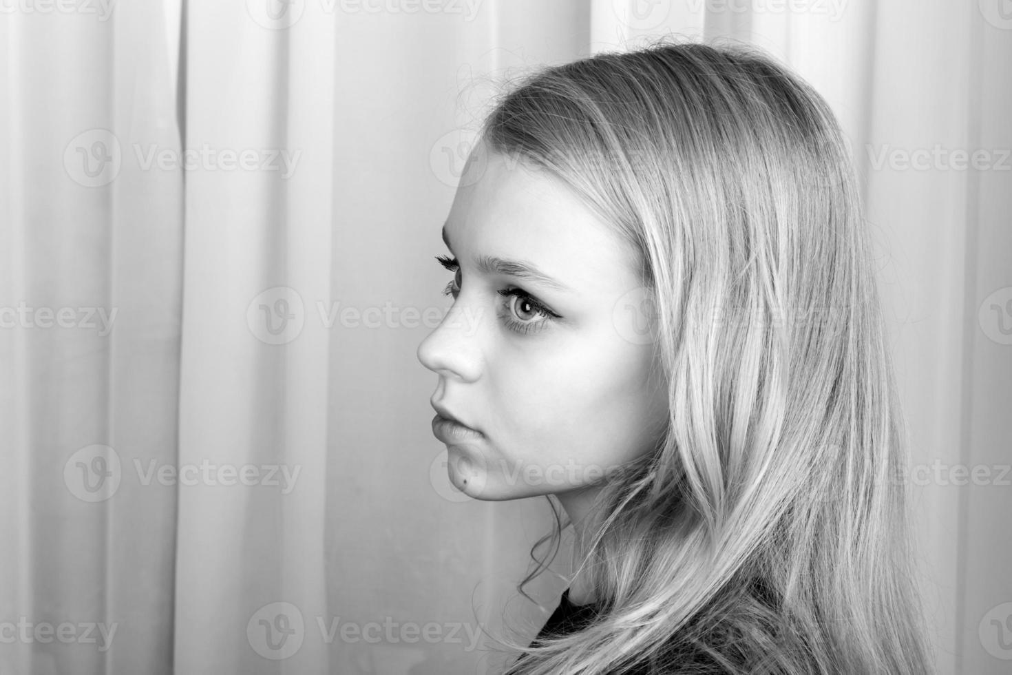 Chica caucásica rubia seria, retrato monocromo foto