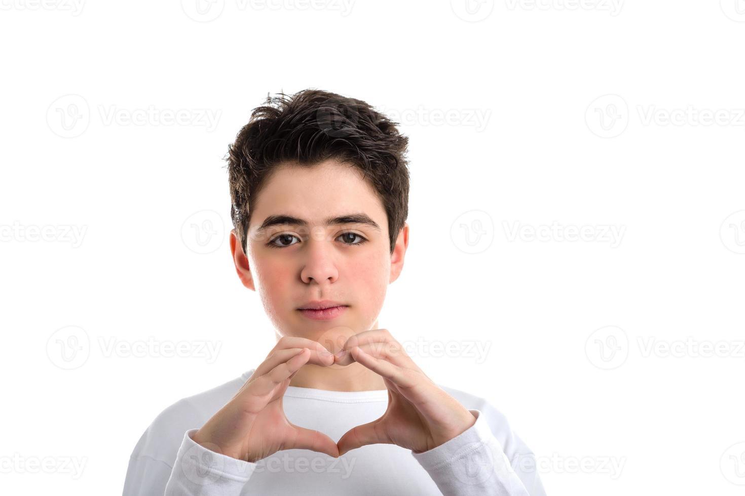 gesto del corazón de la mano por un adolescente caucásico de piel lisa foto