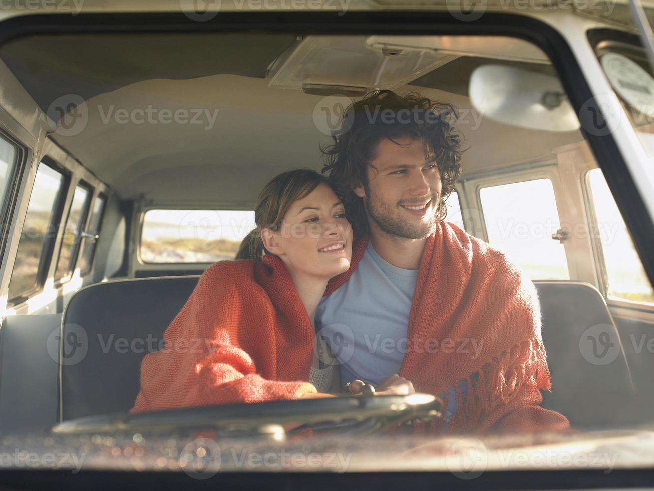 pareja en el asiento delantero de la autocaravana foto