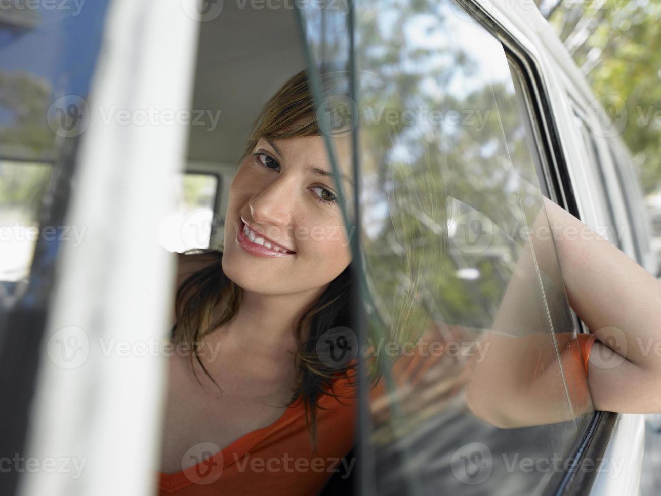 mujer en autocaravana durante viaje por carretera foto