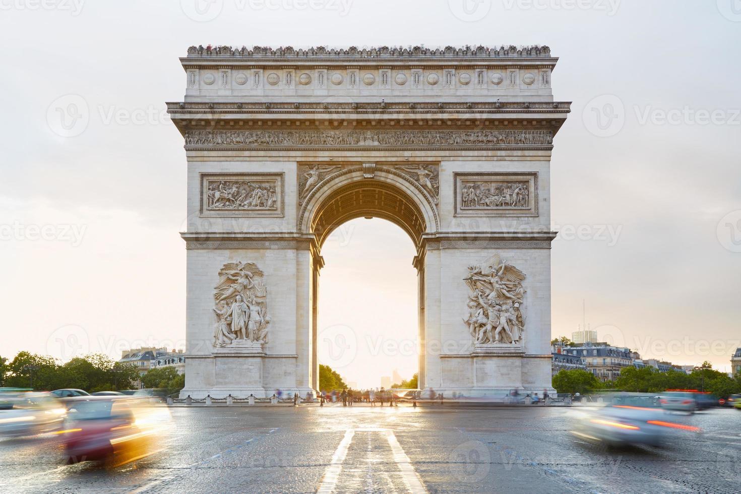 Arco del Triunfo en París en la mañana foto