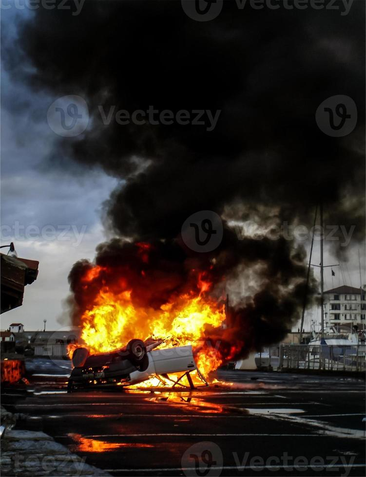 vehículo volcado en llamas foto