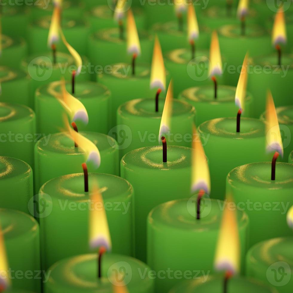 Primer plano de quemar muchas velas aisladas sobre fondo negro foto