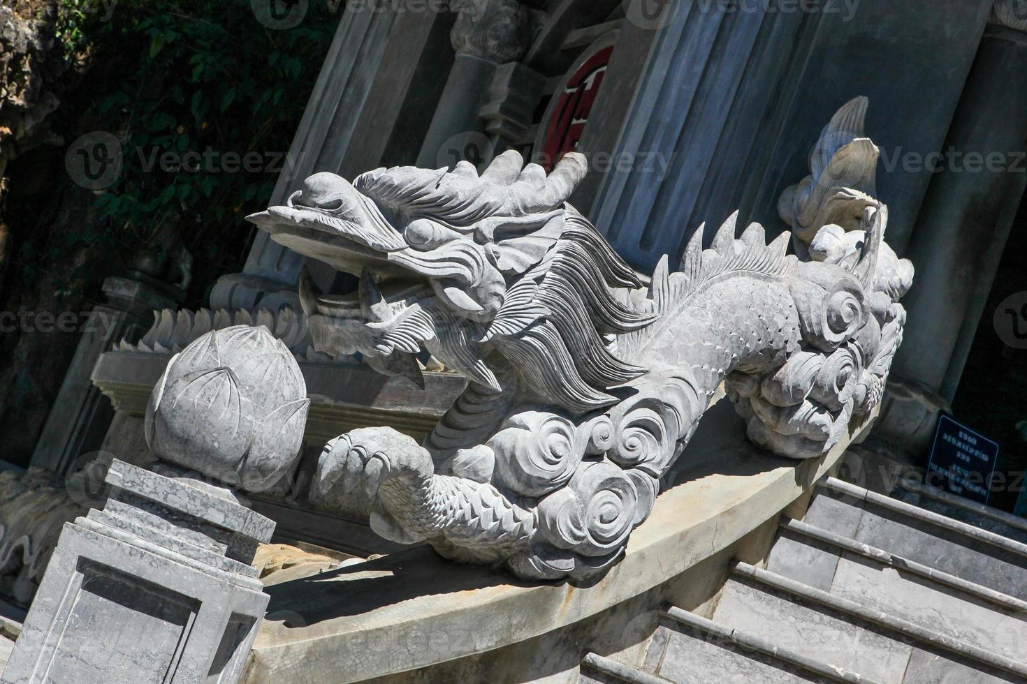 dragón asiático de piedra foto