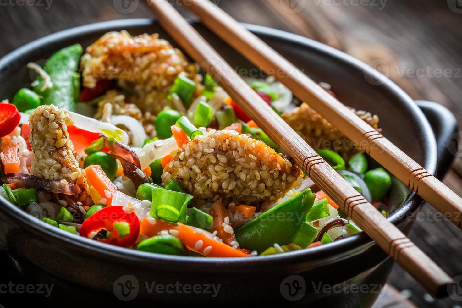 pollo con sésamo con verduras y fideos foto