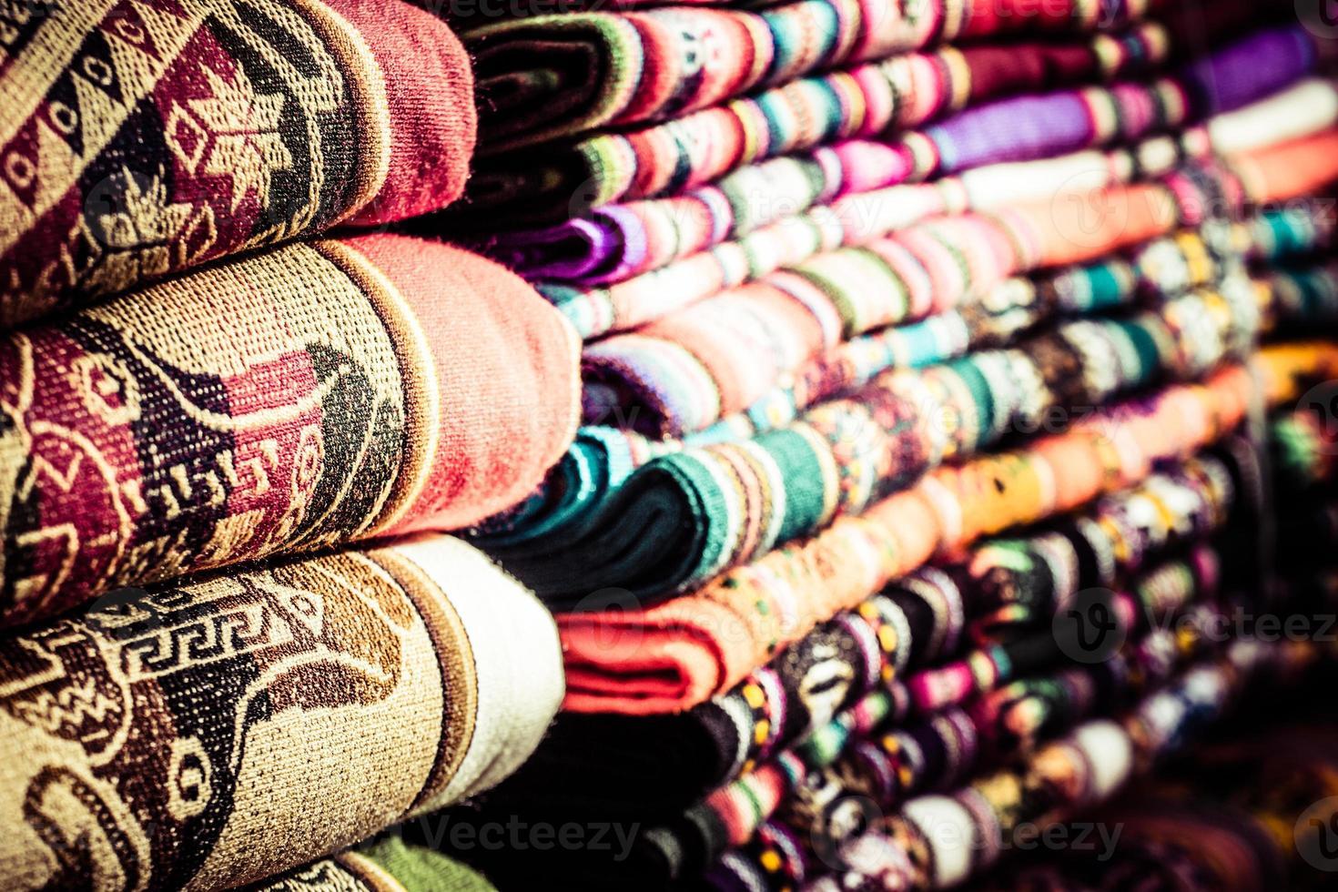 Tela colorida en el mercado en Perú, América del Sur foto