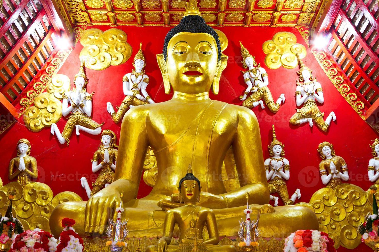 Estatuas doradas de Buda. foto