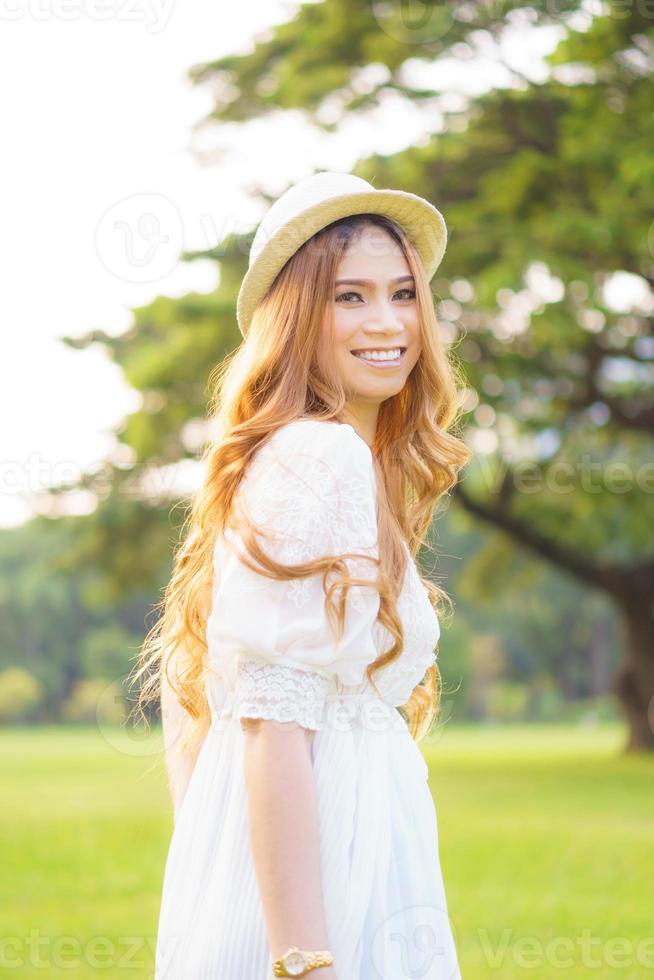 mujer asiática caminando en un parque foto
