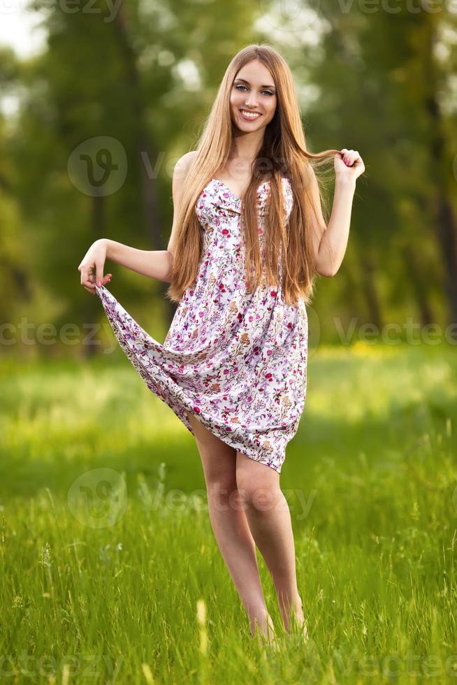 Retrato de una bella mujer rubia al aire libre foto