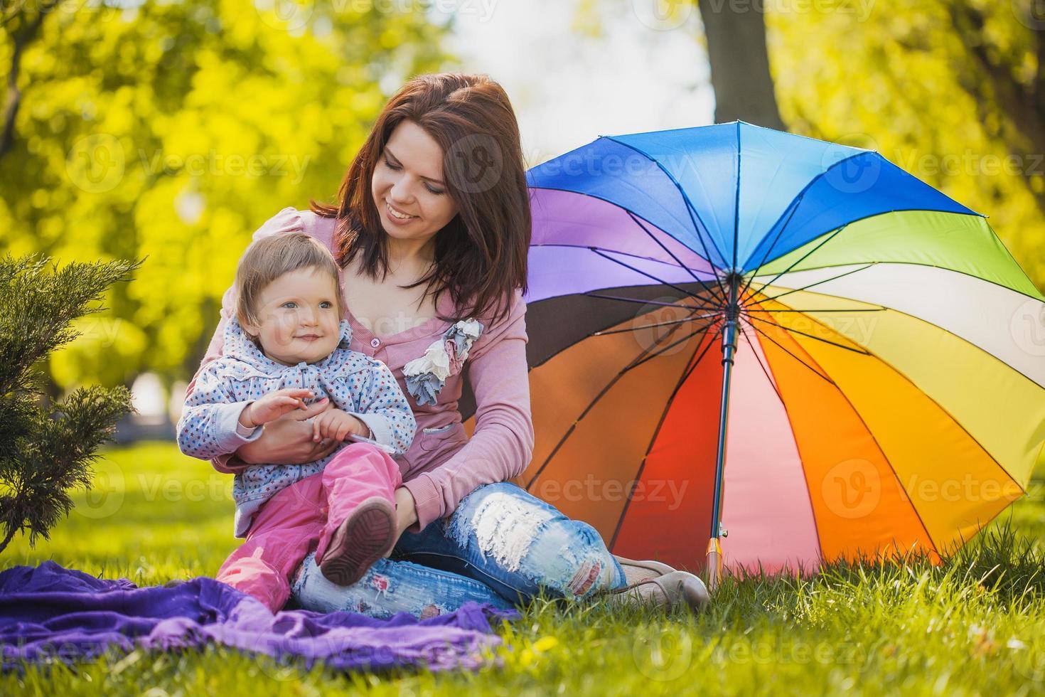 feliz madre y bebé en el prado foto