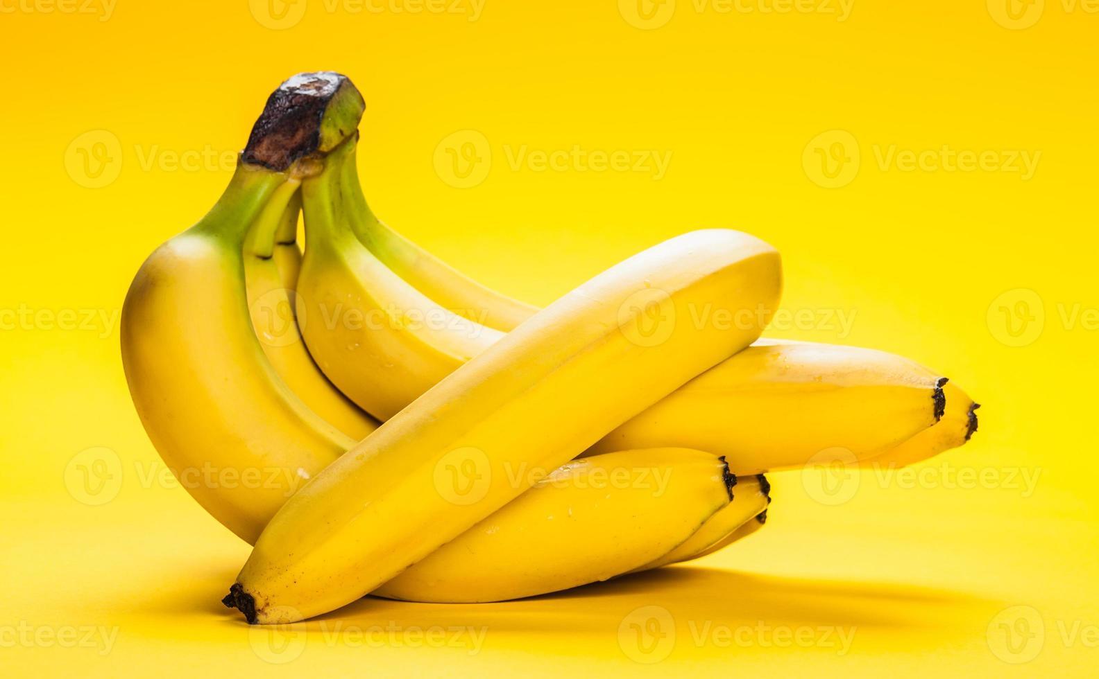 racimo de plátanos maduros closeup foto