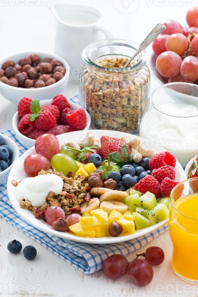 desayuno saludable - bayas, frutas y cereales en el plato foto