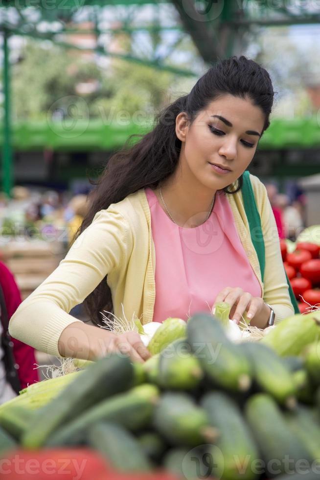 mujer joven en el mercado foto