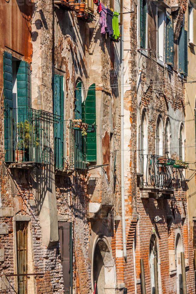 Edificios con ventanas venecianas tradicionales en Venecia, Italia foto
