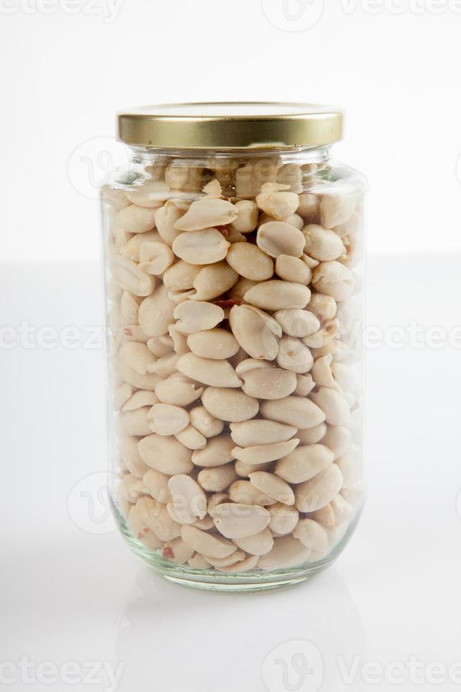 cacahuetes pelados en un frasco con tapa cerrada foto