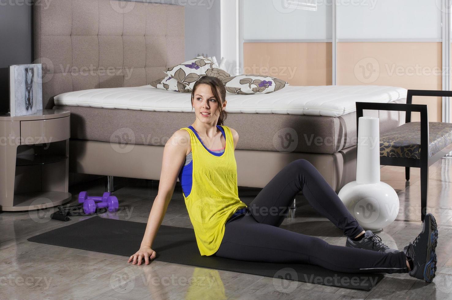 mujer haciendo ejercicio en casa foto