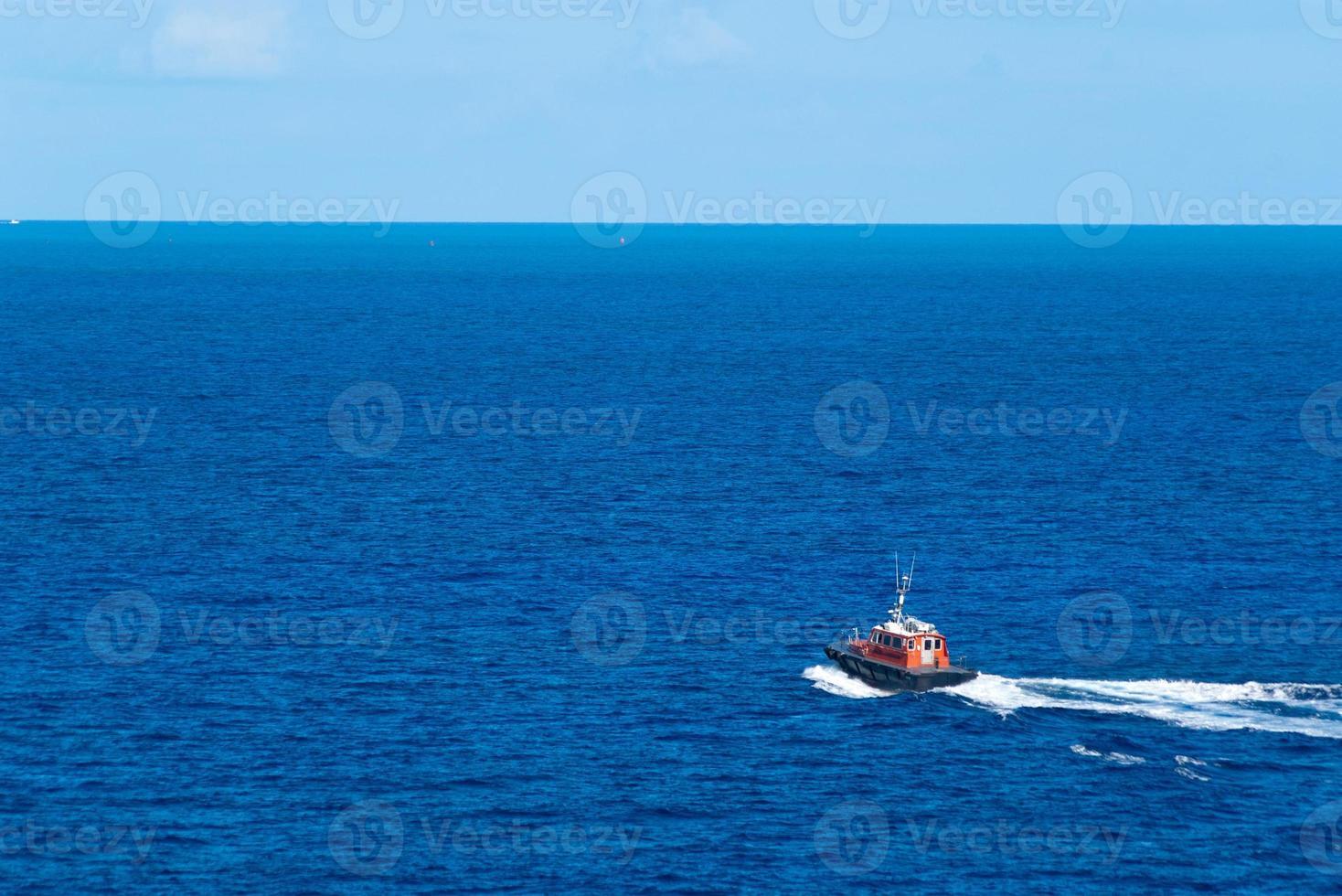 remolcador en el océano foto