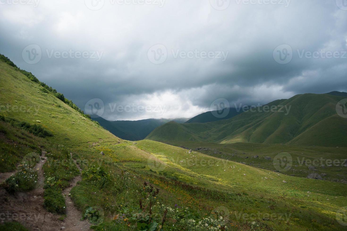 senderismo en las montañas foto