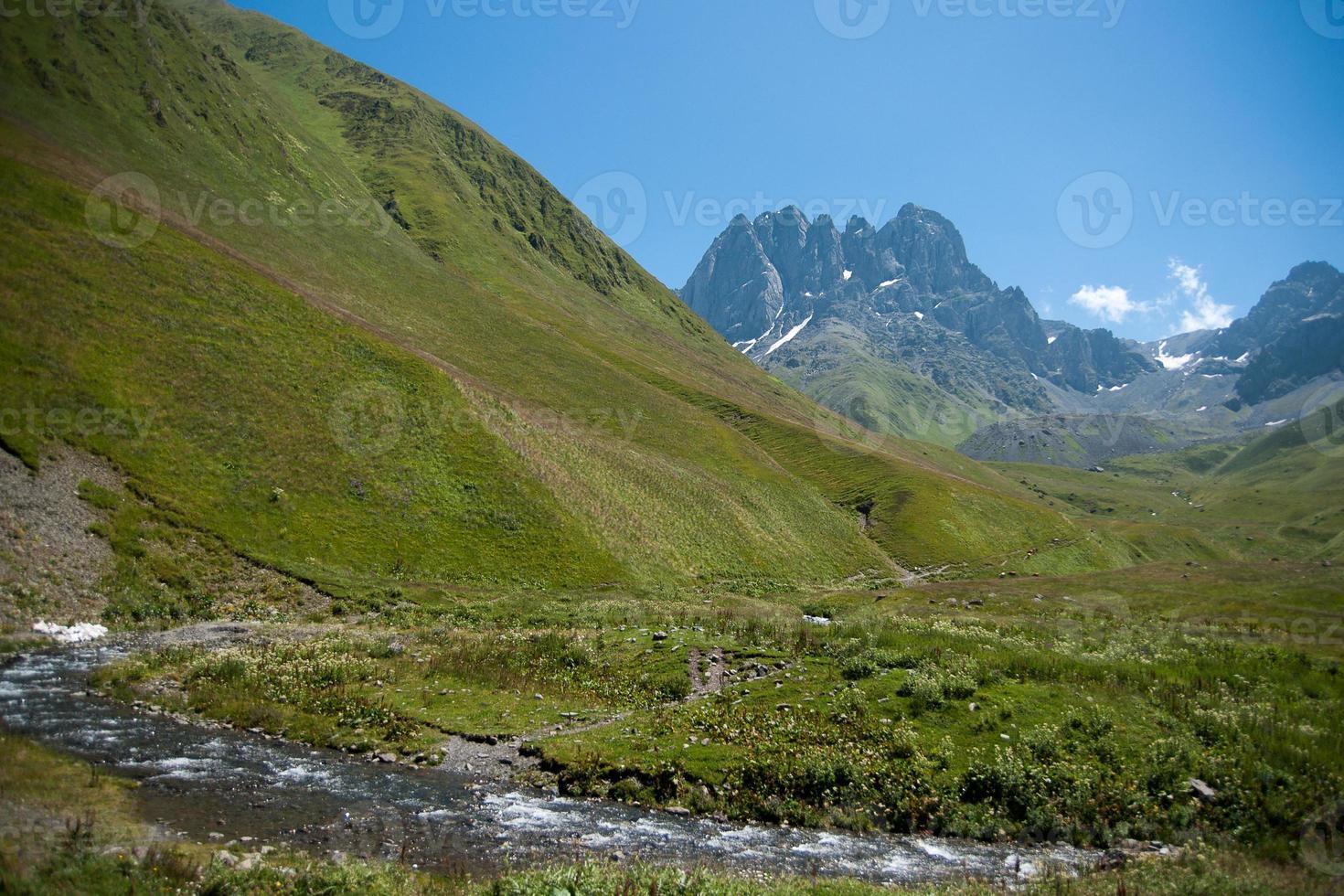 senderismo en la montaña de georgia foto