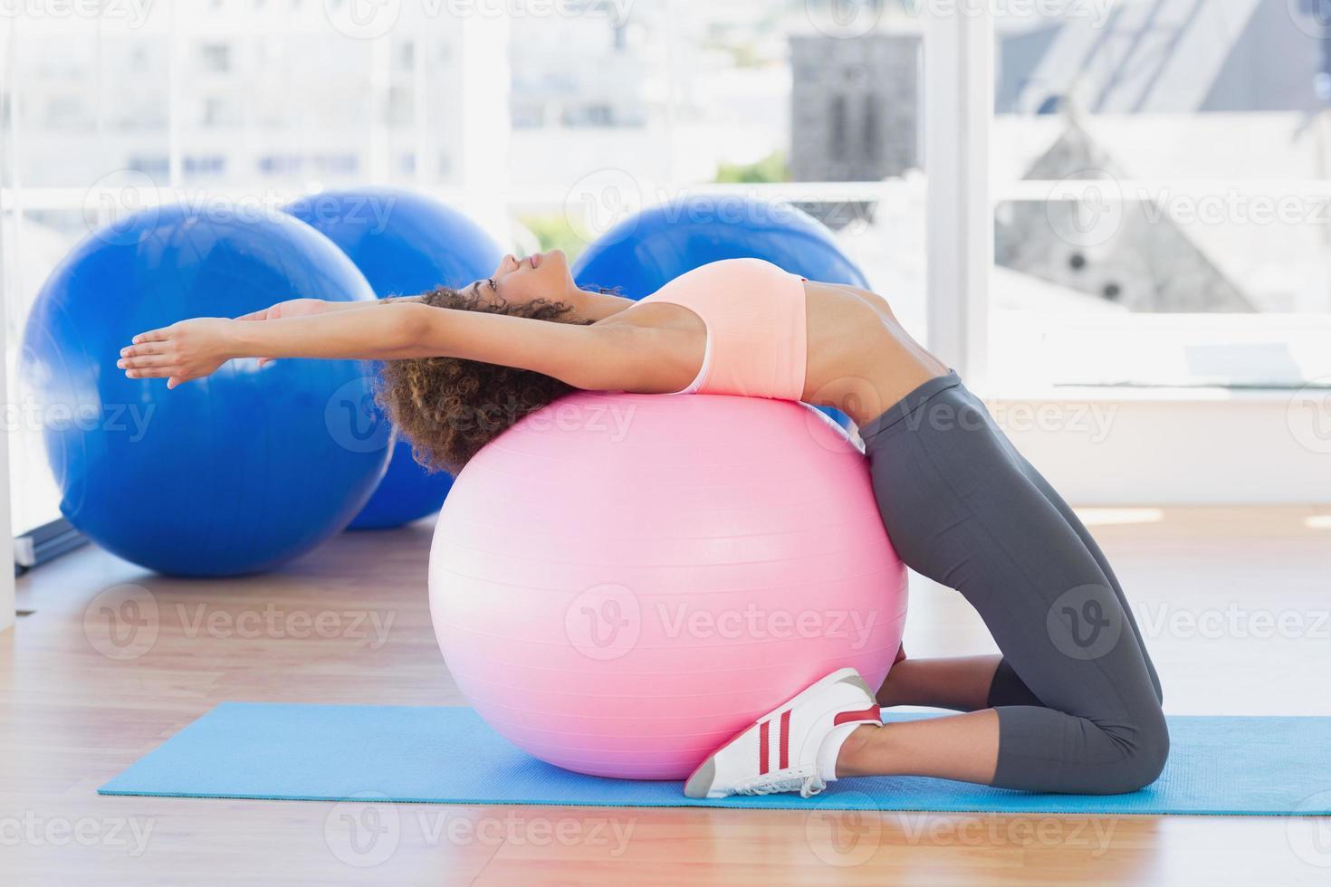 vista lateral de una mujer en forma haciendo ejercicio foto