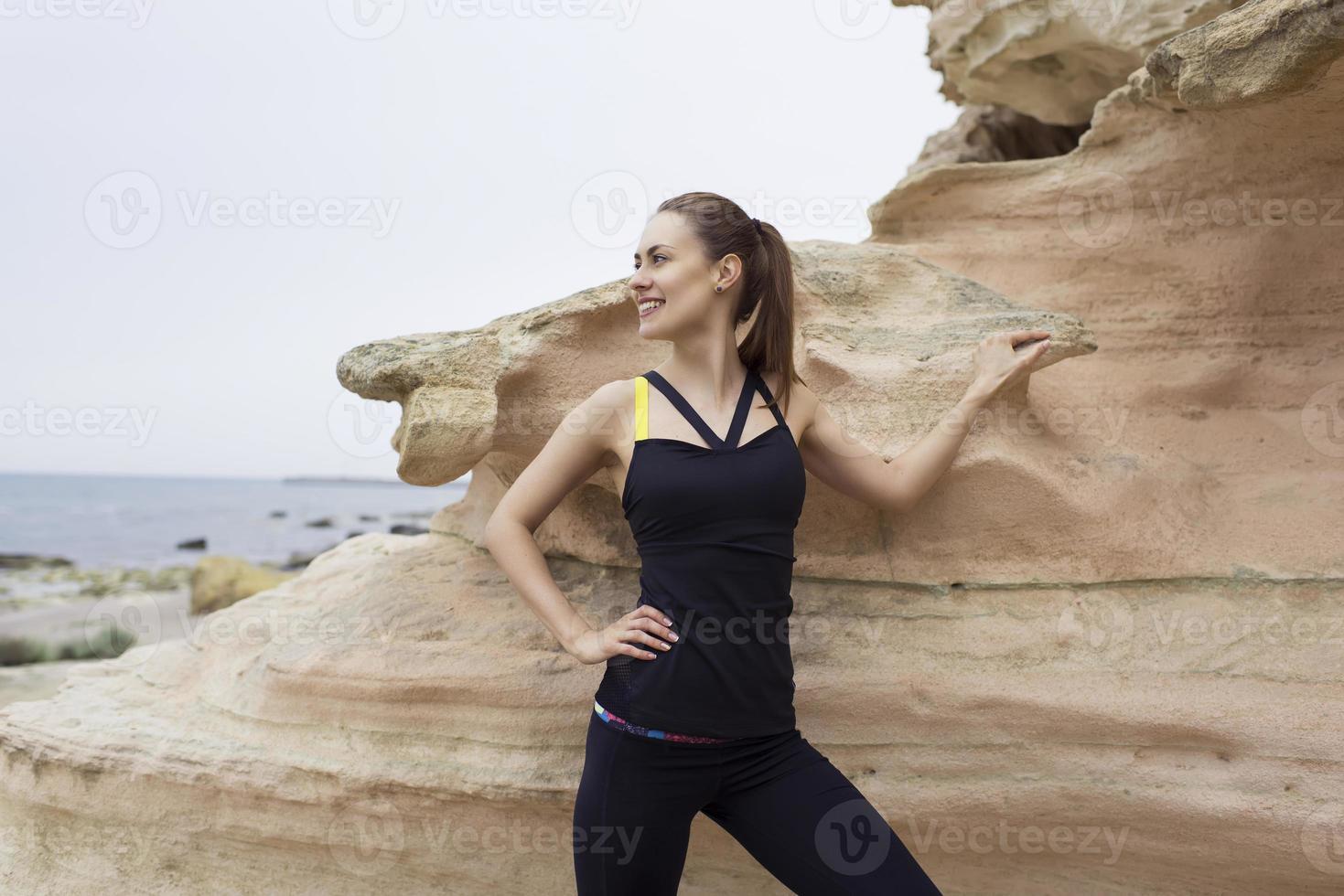 mujeres deportivas tomando un descanso después de entrenar al aire libre foto