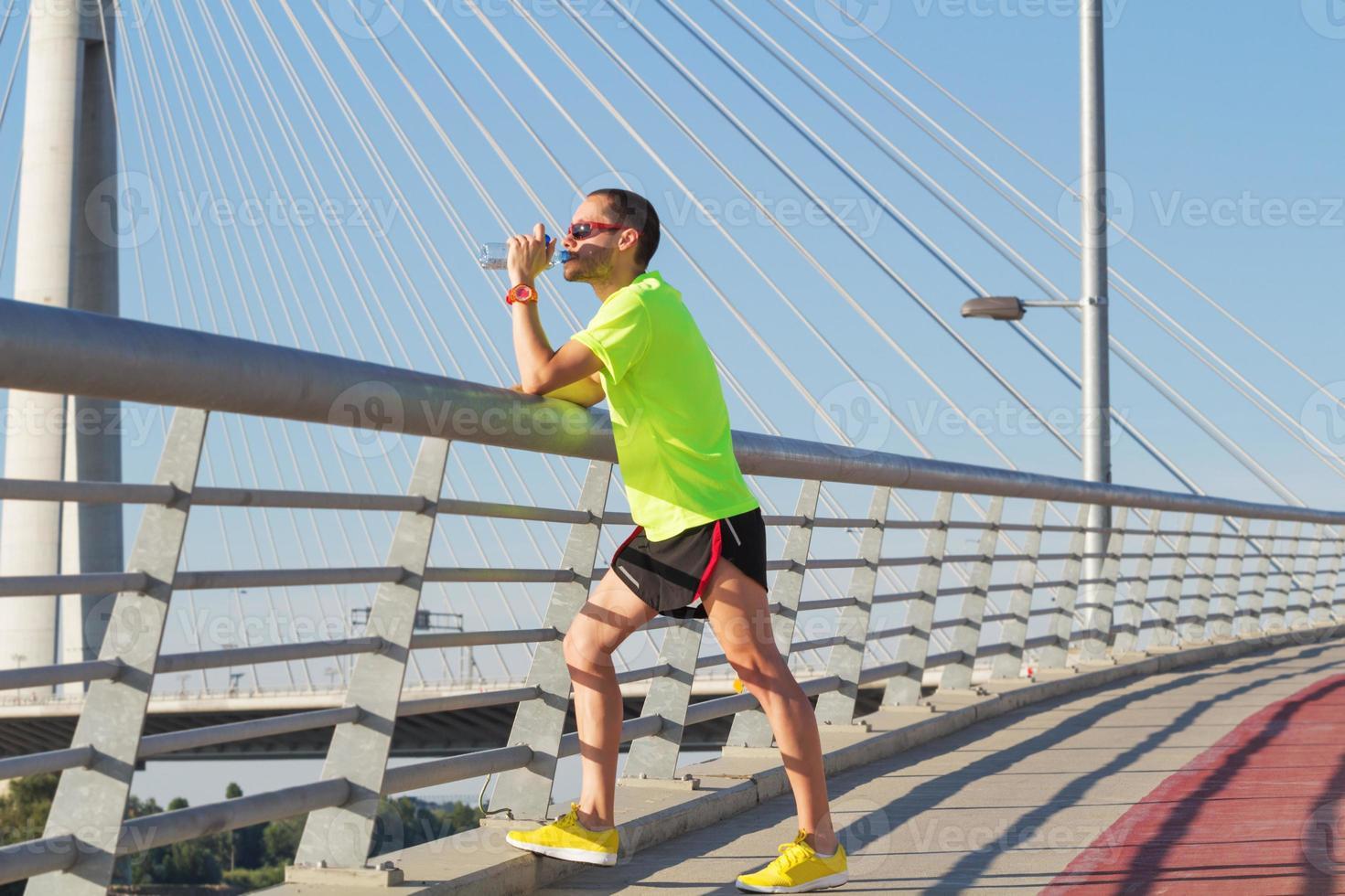 Jogger urbano en puente. foto