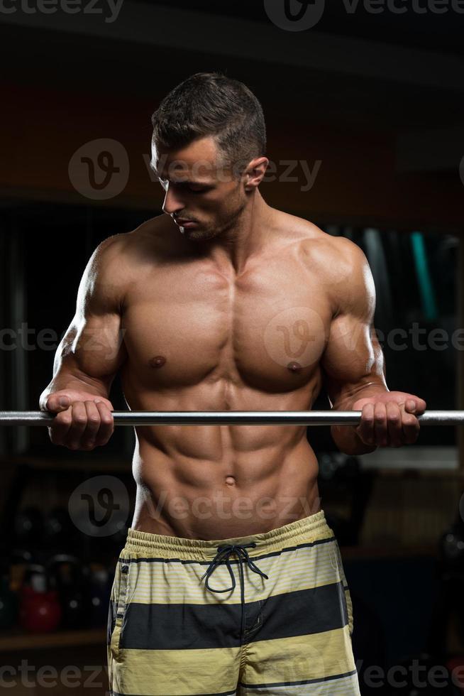 joven trabajando bíceps foto