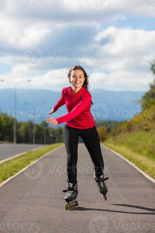 chica patinar al aire libre foto
