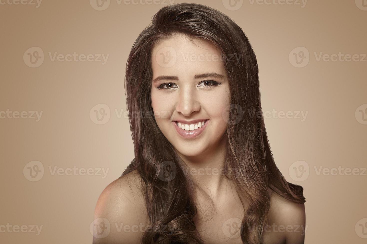 niña caucásica sonriente foto