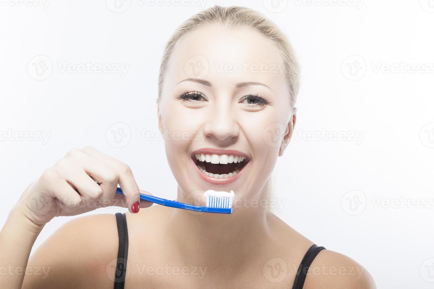 Retrato de mujer caucásica sonriente con cepillo de dientes foto