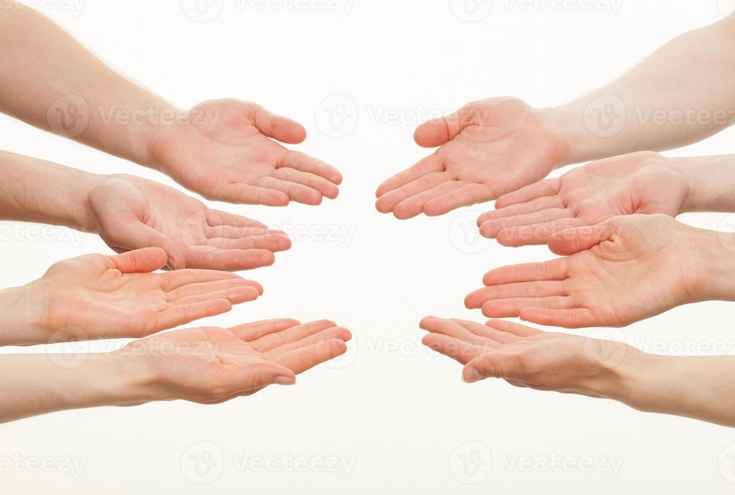 palmas abiertas de un grupo de personas caucásicas foto