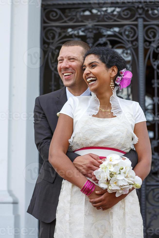 hermosa novia india y novio caucásico, después de la boda ceremo foto